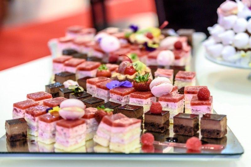 Patera z licznymi ciastami na weselu